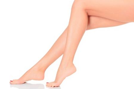 Frau streckt ihre Beine