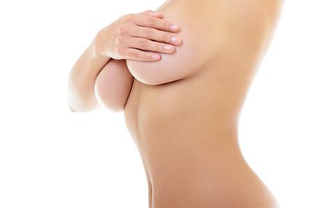 Frau mit Hand vor den Brüsten